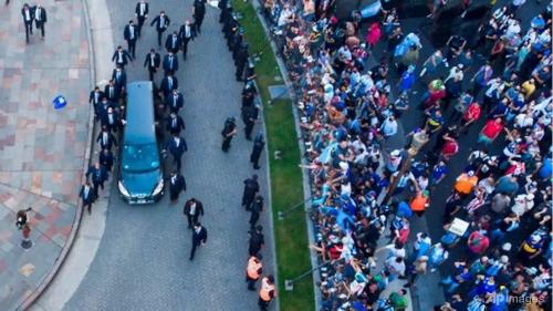 Fanii isi iau adio de la Maradona