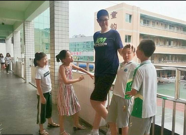 Ren Keyu, alături de colegii de şcoală