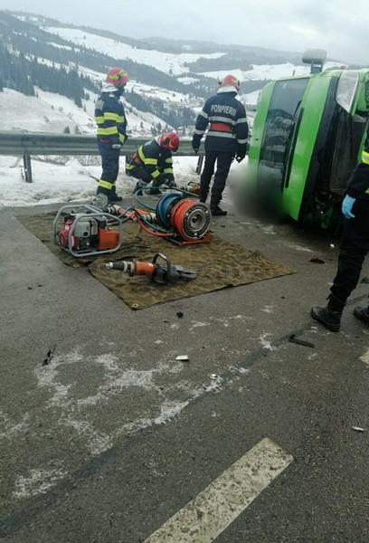 Un microbuz cu opt pasageri s-a răsturnat în Suceava. Două persoane au murit