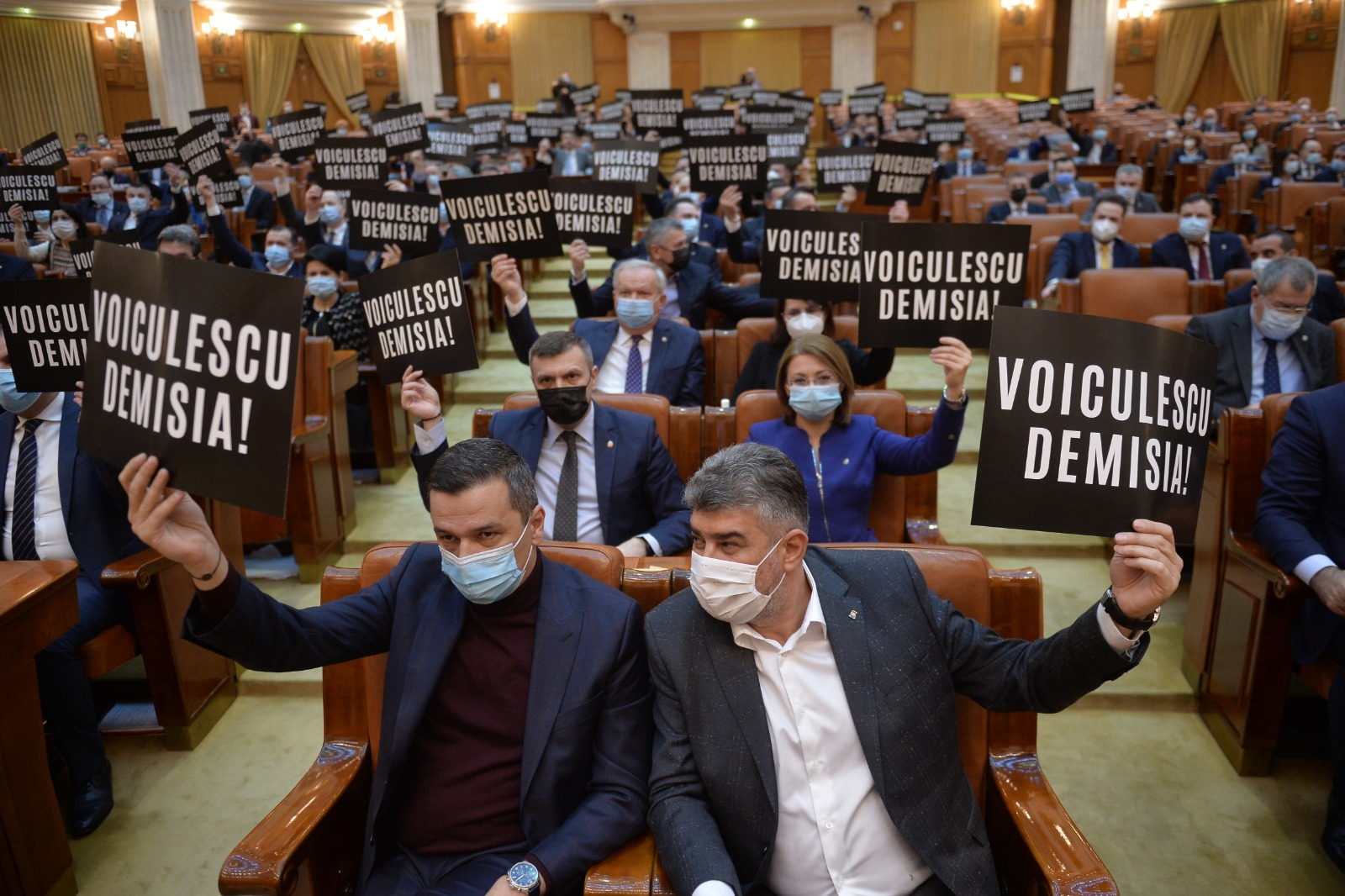 Protest la Parlament. Se cere demisia lui Vlad Voiculescu de la conducerea Ministerului Sănătăţii