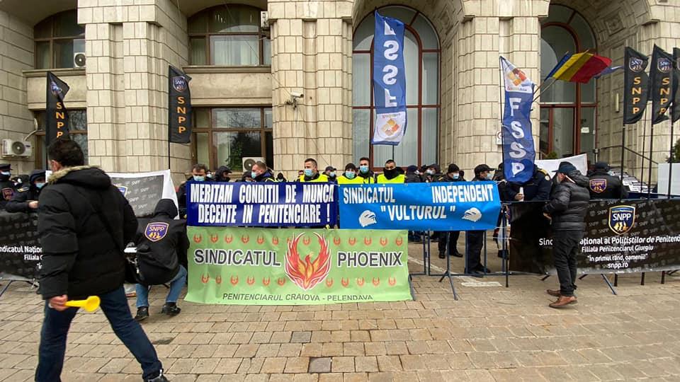Protest la Ministerul Justiţiei. Poliţiști din penitenciare s-au legat în lanţuri