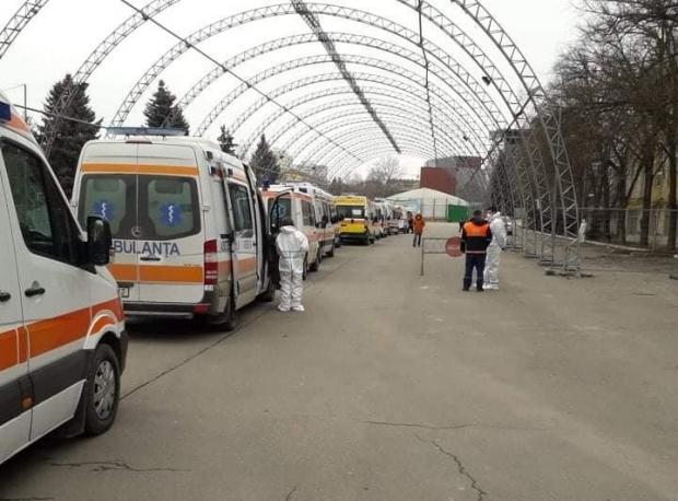 Coadă de ambulanţe în curtea spitalului în Moldova