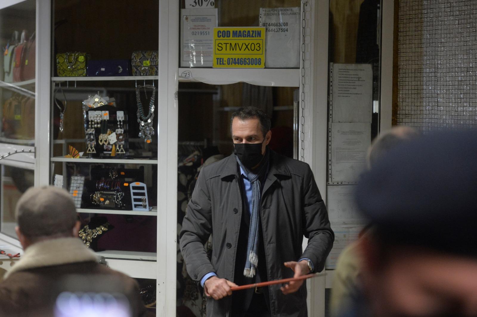 Directorul Metrorex filmat când sparge cu ranga uşa unui chioşc la metrou
