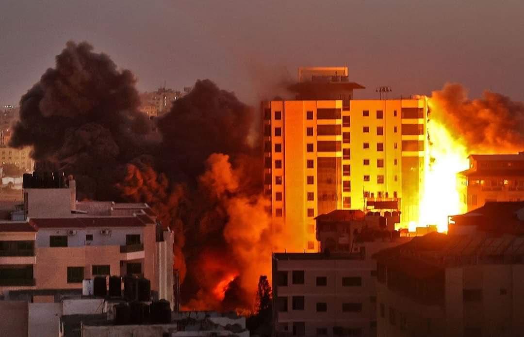 Bloc cu 13 etaje, distrus de israelieni într-un atac aerian în Fîşia Gaza