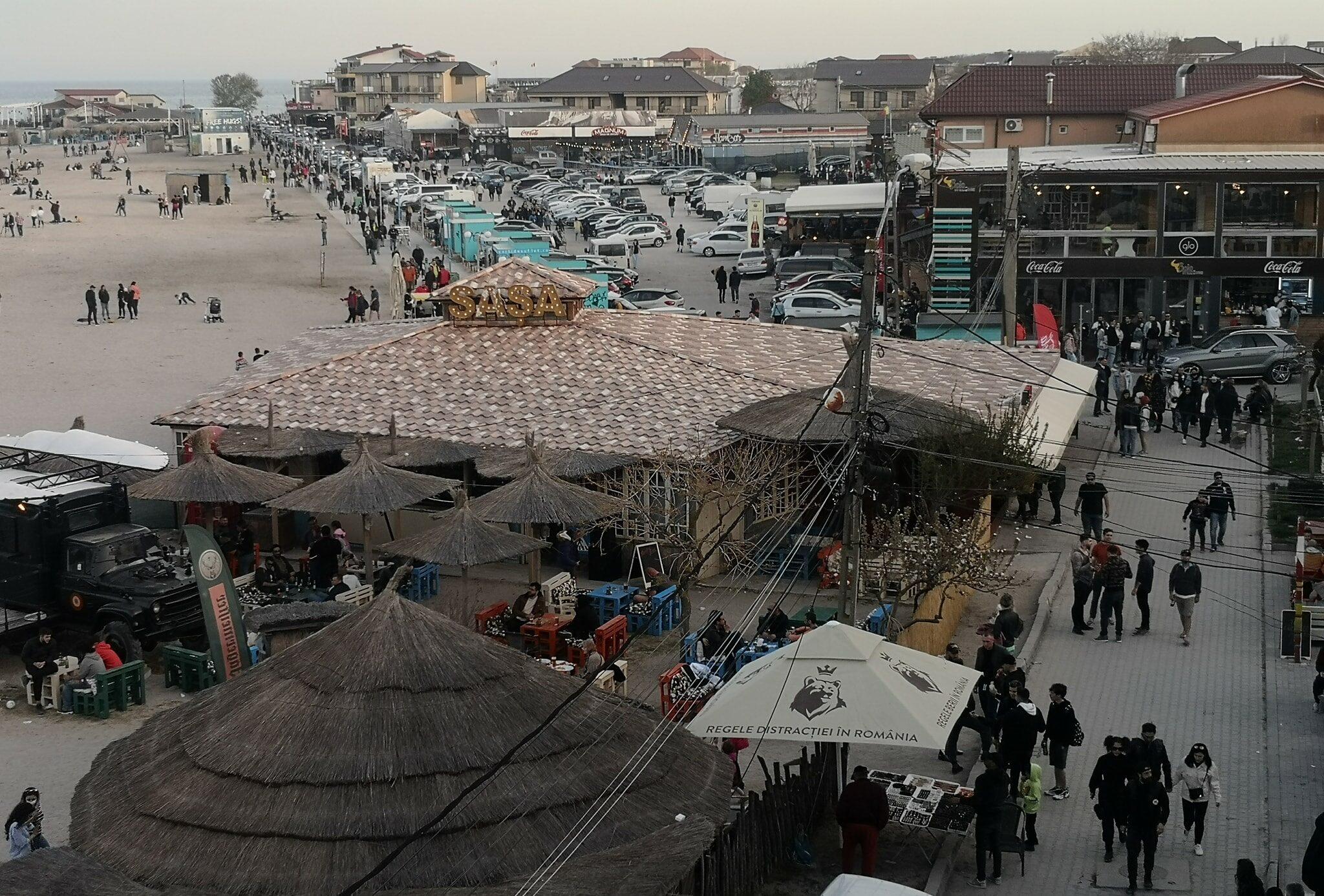 Mii de tineri adunaţi pe plajă în Vama Veche au fost dispersaţi de poliţie VIDEO