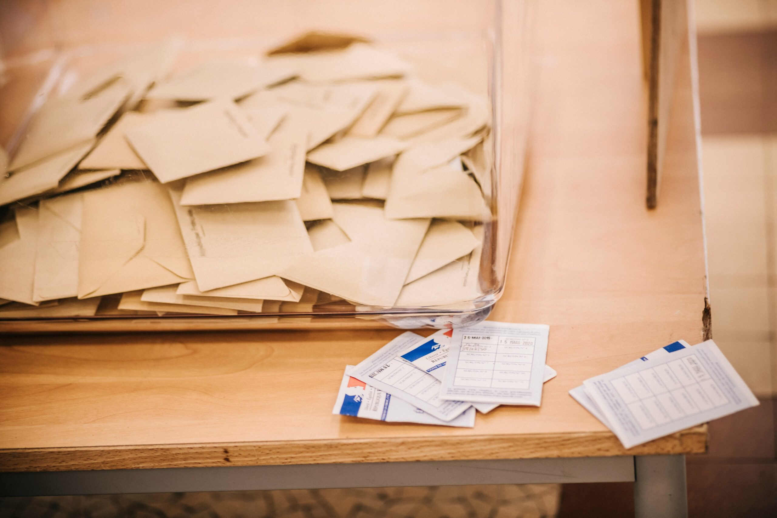 Absenteism istoric la alegerile din Franţa. Aproape 70% din electorat a rămas acasă