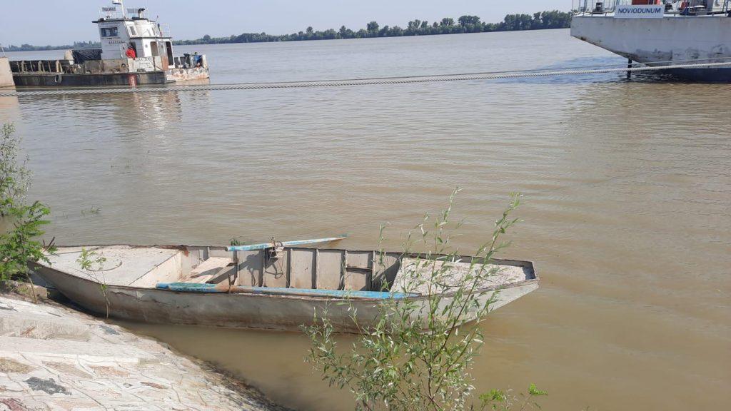 Una dintre fetiţele dispărute după ce au căzut în Dunăre a fost găsită moartă. Salvatorii o caută în continuare şi pe sora ei