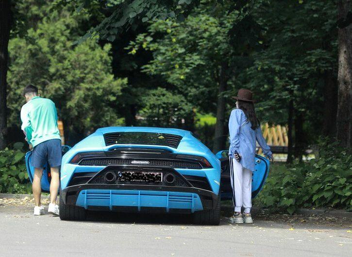 Cel mai tânăr milionar român a coborât dintr-un Lamborghini de 350.000 de euro, pentru a-și plimba iubita celebră cu barca