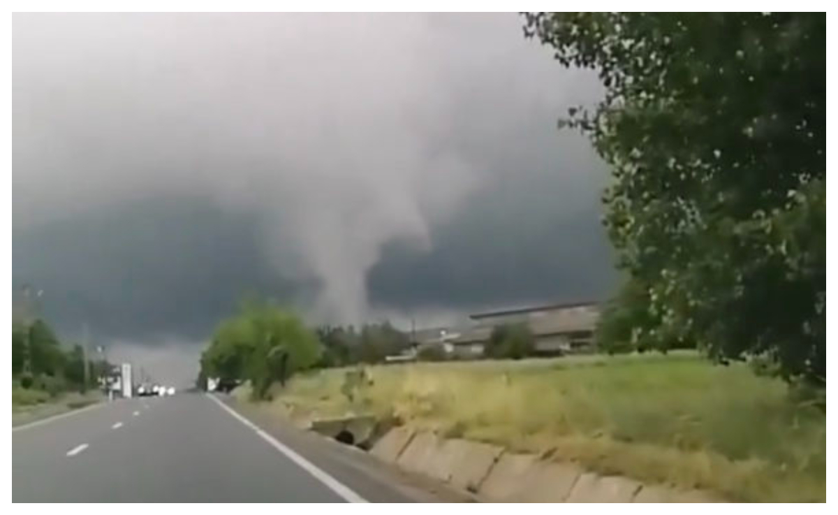 Fenomen meteo rar. O tornadă a fost surprinsă în Botoşani