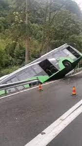 Autobuz răsturnat în râpă