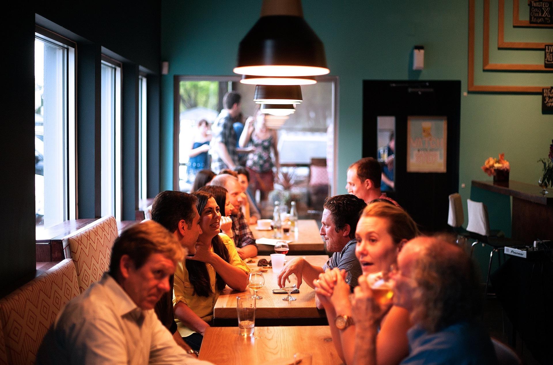 """Clienţi daţi afară din restaurant pentru că purtau măşti: """"Regula face parte din codul vestimentar al localului"""""""