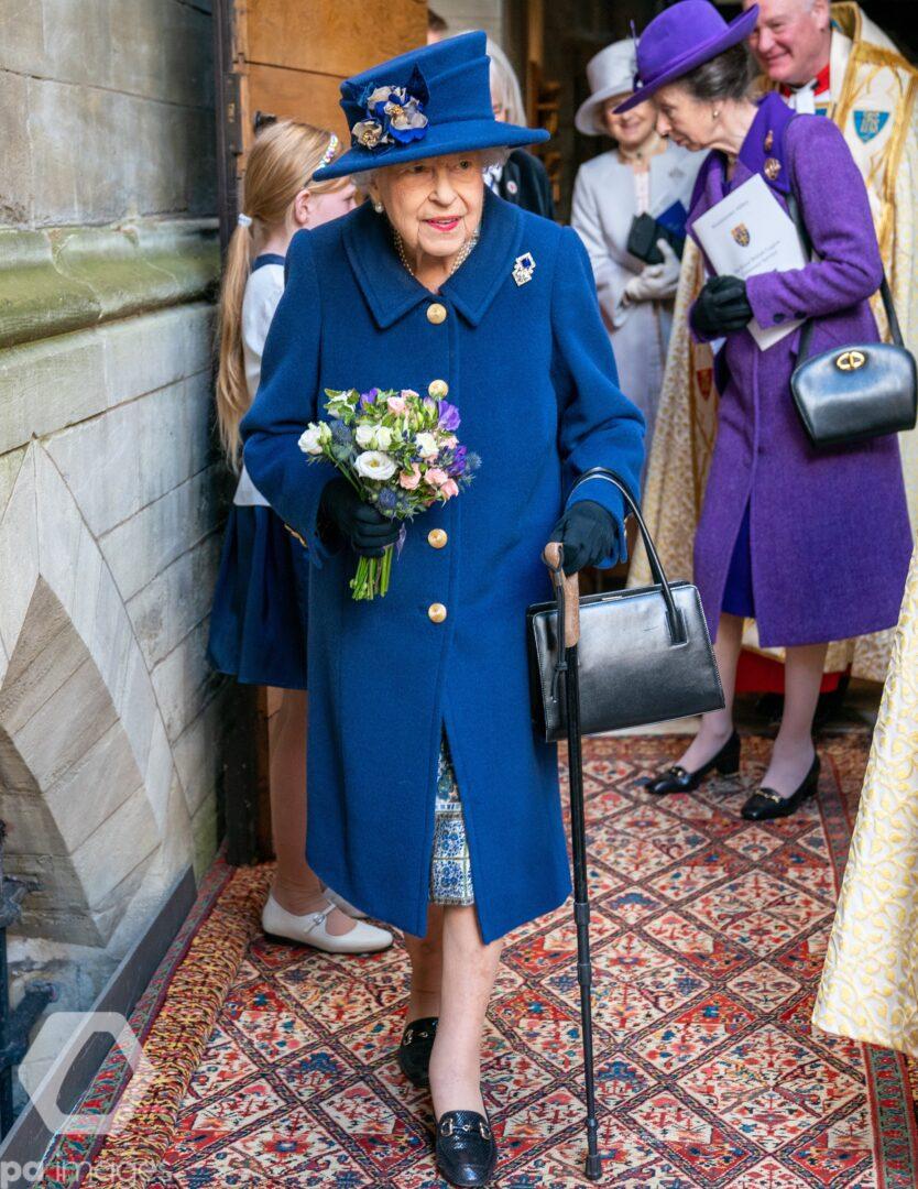 Regina Elisabeta, în baston