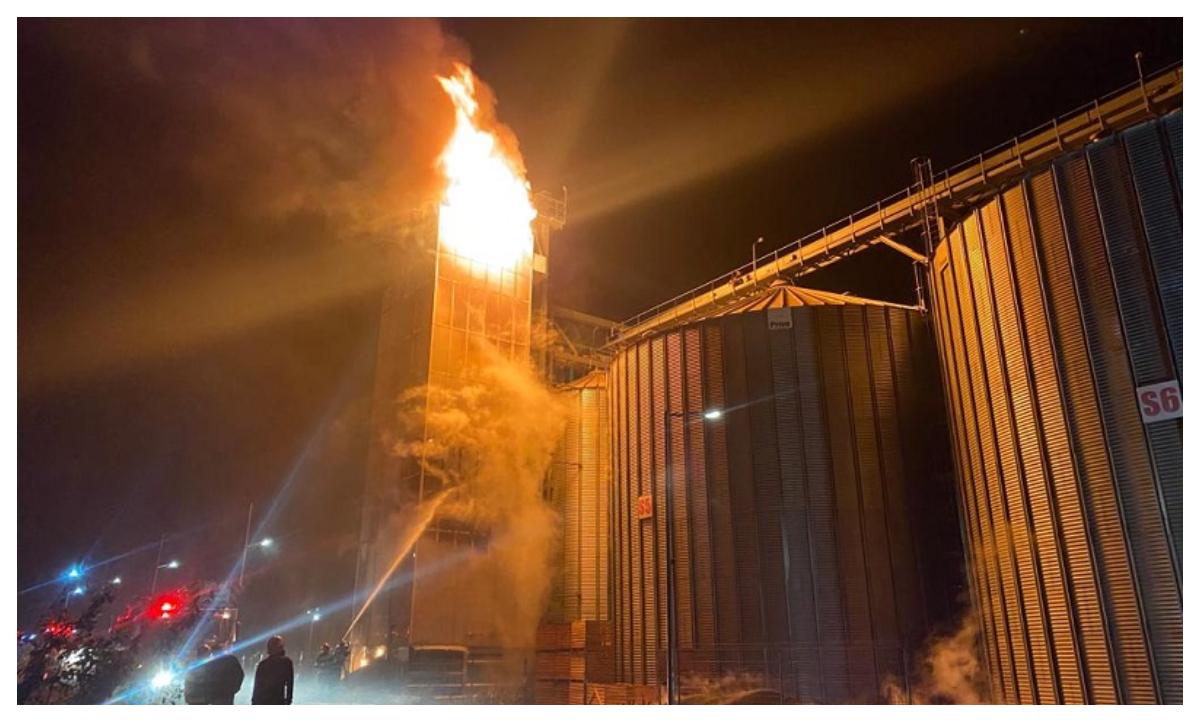 Incendiu de amploare la un depozit de cereale. Zeci de pompieri au intervenit de urgenţă